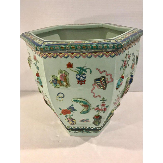 Asian Pair of Chinese Export Famille Verte Hundred Antiques Hexagonal Jardinières For Sale - Image 3 of 13