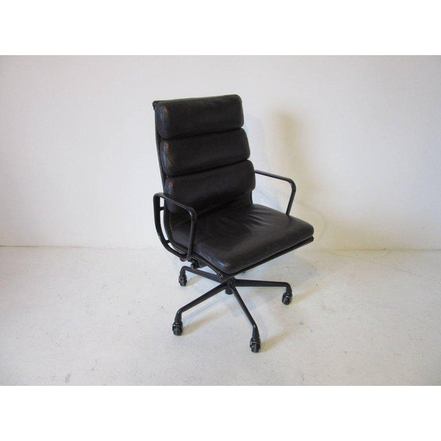 Charles and Ray Eames Eames Soft Pad Aluminium Group Executive Chair in Dark Eggplant by Herman Miller For Sale - Image 4 of 8
