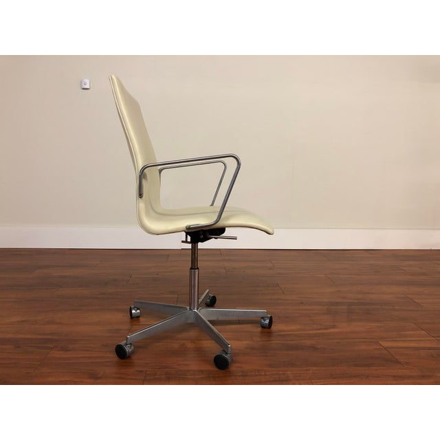 Fritz Hansen Authentic Arne Jacobsen for Fritz Hansen Oxford Rolling Office Chair in White Leather For Sale - Image 4 of 13