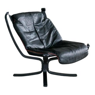 Vatne Falcon Lounge Chair With Ottoman in Black Leather and Red Piping For Sale
