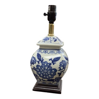 Late 20th Century Vintage Blue and White Chinoiserie Lamp For Sale