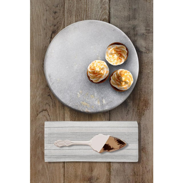 This is a beautiful round stand for displaying cake & cupcakes or can be used as a cheese platter. Great piece of kitchen...