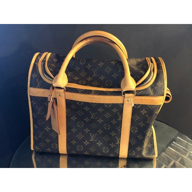 Louis Vuitton 40 monogram canvas bag or luggage. This beautiful fine conditioned bag by Louis Vuitton has been used three...