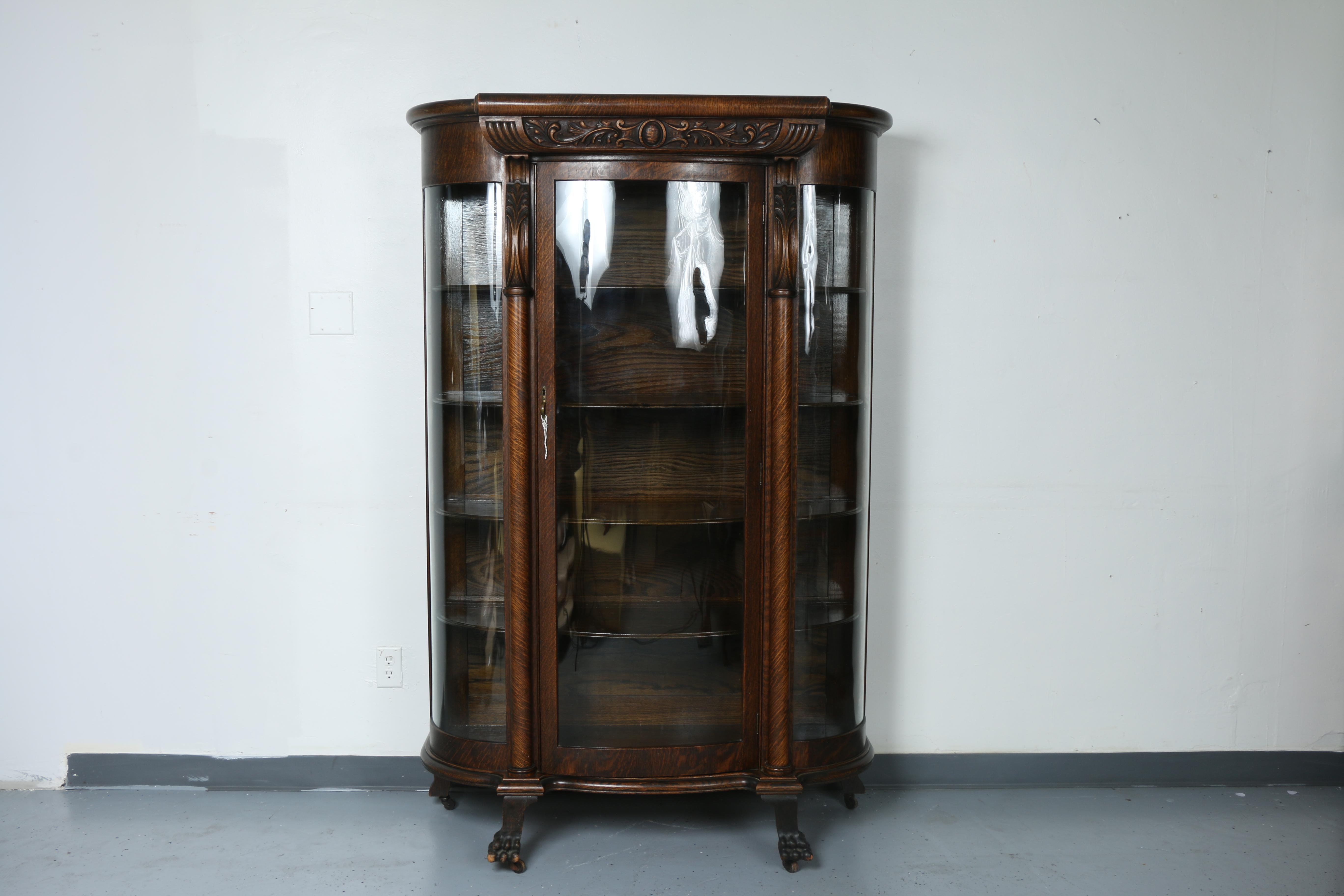 Charmant Vintage Condition Curio Cabinet In Good Working Condition. Has Shelves  Inside And Glass Is Not