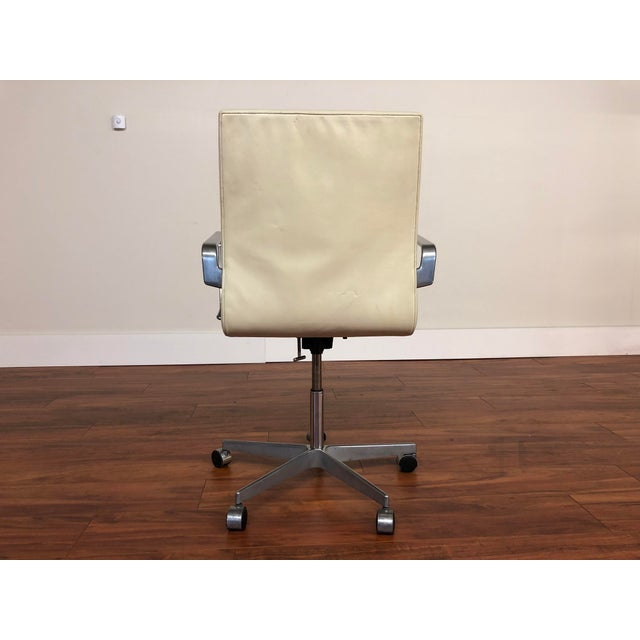 2000 - 2009 Authentic Arne Jacobsen for Fritz Hansen Oxford Rolling Office Chair in White Leather For Sale - Image 5 of 13