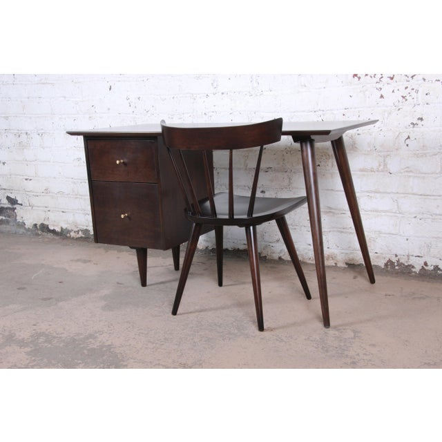 An exceptional mid-century modern desk and chair designed by Paul McCobb for his Planner Group line for Winchedon...