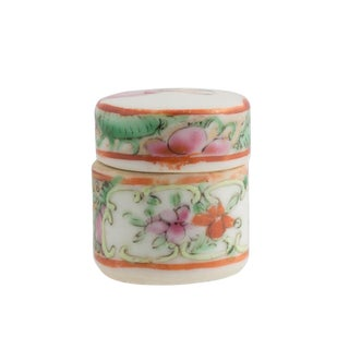 Late 19th Century Vintage Chinese Rose Medallion Covered Round Box For Sale