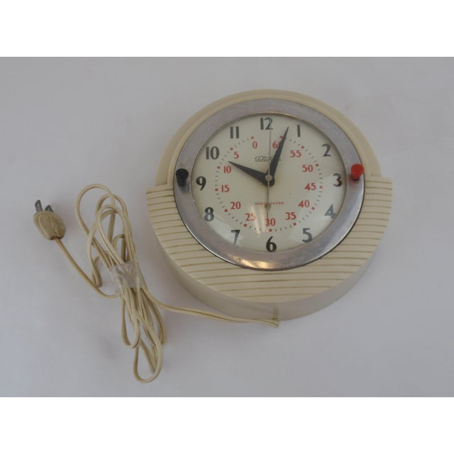 This 1950's kitchen wall clock from Telechron was popular made from 1946 to 1951. Encased in an ivory plastic case, the...