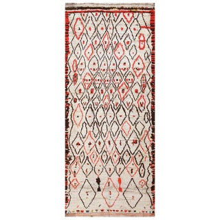 Vintage Moroccan White and Red Carpet - 4′5″ × 10′9″ For Sale