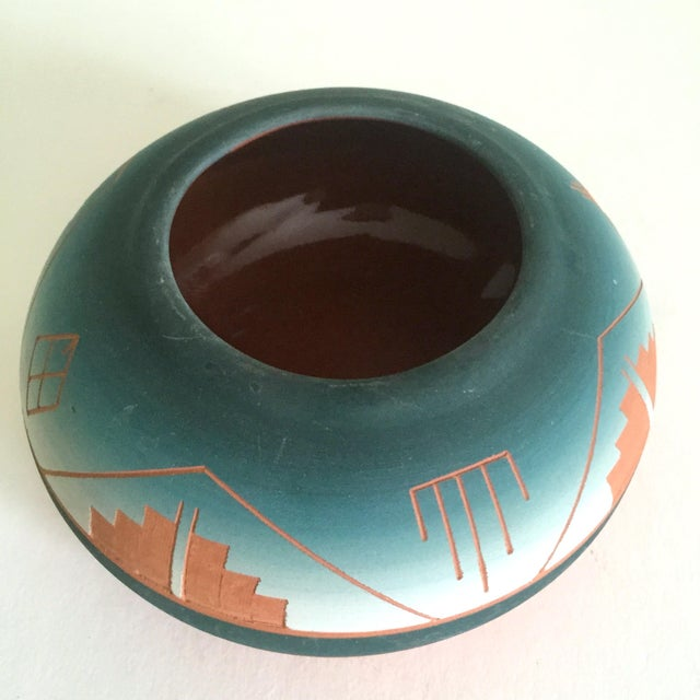 Vintage Signed Native American Sioux Swallow Teal Ombre Terra Cotta Etched Vase For Sale In New York - Image 6 of 11