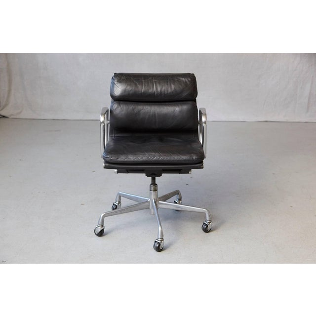 Eames Aluminum Group black leather soft pad Executive chair (model EA 435) on casters for Herman Miller. The seat has the...