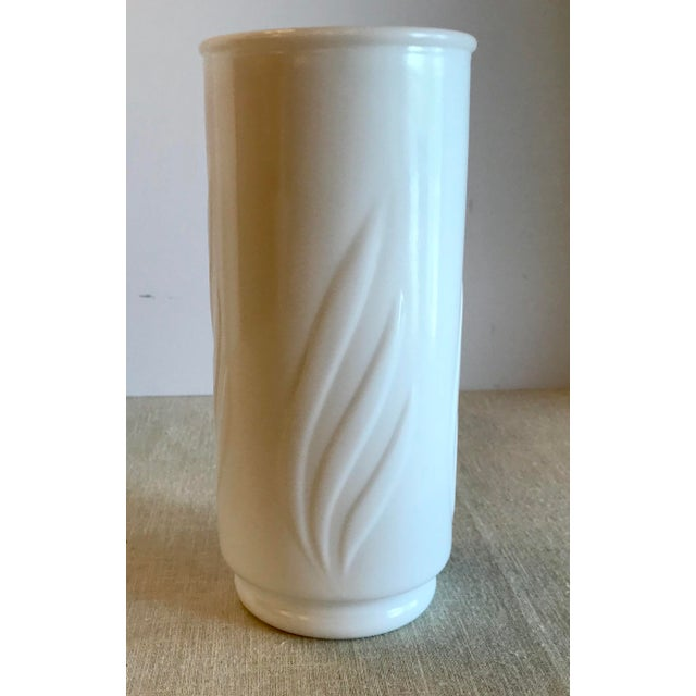 Nice simple modern leaf design on this pretty milk glass cylindrical Vase. Very pretty!