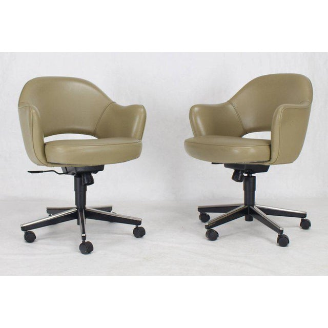 Set of six Knoll adjustable height office executive barrel chairs. Beautiful olive genuine leather original upholstery...