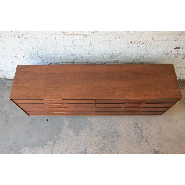 Walnut John Kapel for Glenn of California Mid-Century Modern Eight-Drawer Walnut Dresser For Sale - Image 7 of 13