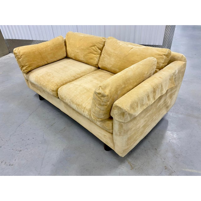 Fantastic lounge Selig 70s loveseat! Very comfortable to sit in and can comfortably two people. Sofa stands on a wooden...