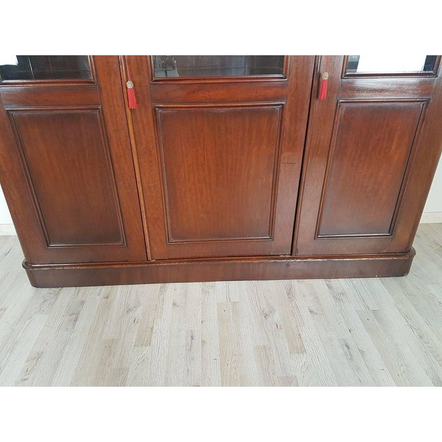 Large bookcase in mahogany veneered wood 20th century. Typically English style very sober and elegant.
