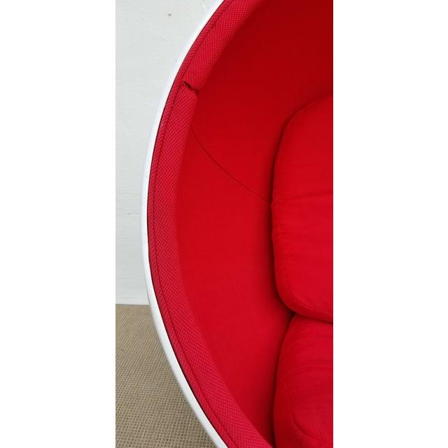 "1970s 1970s Vintage Eero Aarnio Style Fiberglass ""Ball"" Chair For Sale - Image 5 of 11"