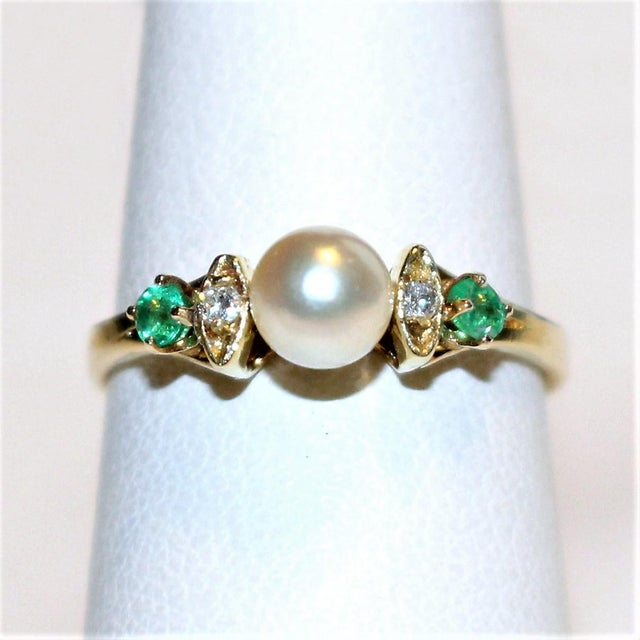 1970s 14k Gold Pearl, Diamond and Emerald Ring For Sale - Image 5 of 5