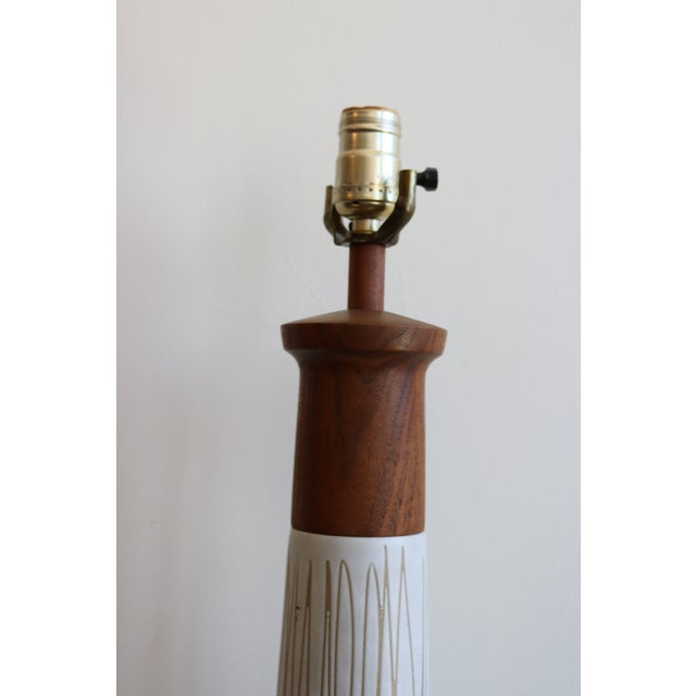 Mid-Century Martz White & Brown Ceramic Table Lamp - Image 4 of 4