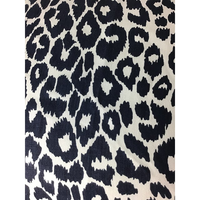 "Contemporary Linen Print Iconic Leopard by Schumacher Pillows - a Pair, 22""x22"" For Sale In New York - Image 6 of 7"