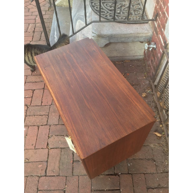 Founders Furniture Company 1960s Vintage Jack Cartwright for Founders Walnut Bachelor's Chest For Sale - Image 4 of 8