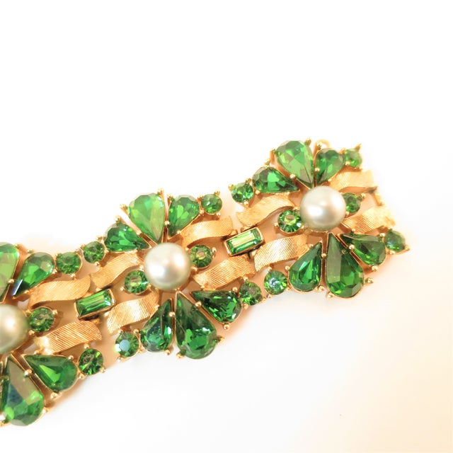 1950s Crown Trifari Alfred Philippe Gilded Rhodium Bracelet EmErald Crystals 1950s For Sale - Image 5 of 13