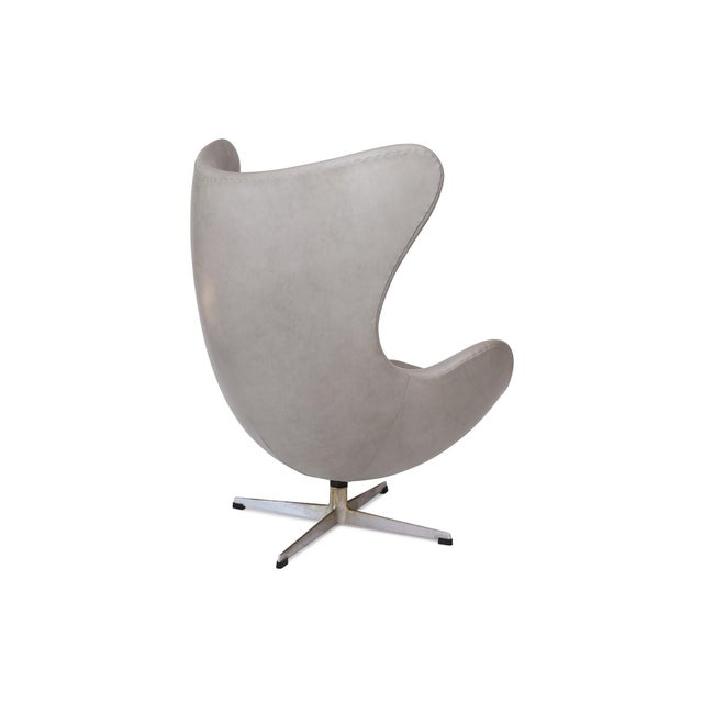 Mid-Century Modern Gray Leather Egg Chair and Ottoman by Arne Jacobsen for Fritz Hansen For Sale - Image 3 of 7