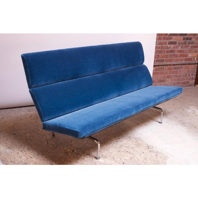 Vintage compact sofa designed in 1954 by Charles and Ray Eames for Herman Miller. An adaptable piece whose dramatic, clean...