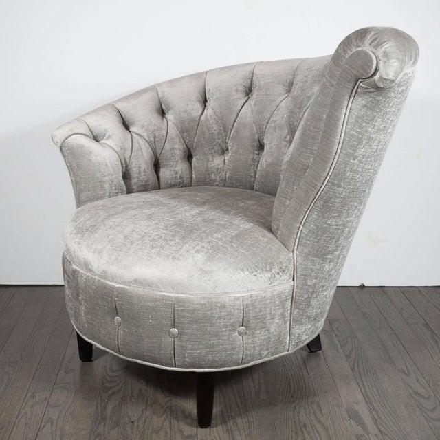 1940s Hollywood Regency Asymmetrical Tufted Chair in Platinum Velvet For Sale In New York - Image 6 of 11