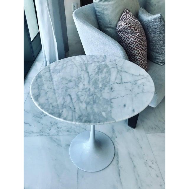 Eero Saarinen Iconic Mid-Century Modern Tulip Side Table in Carrara Marble For Sale - Image 4 of 13