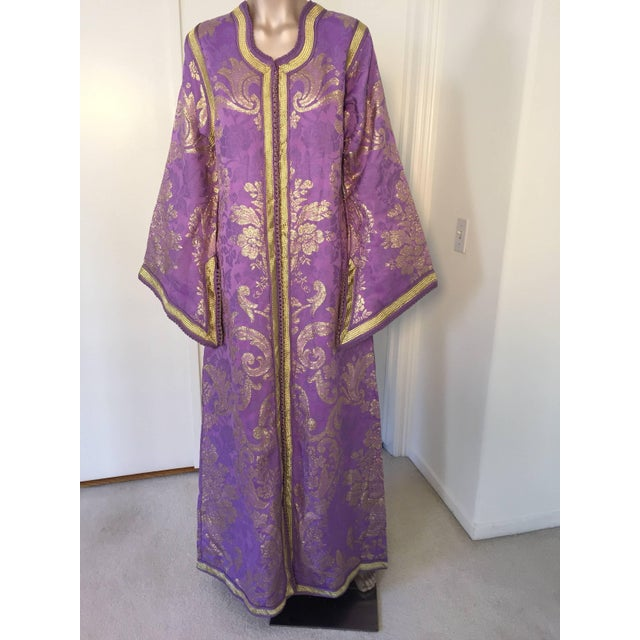 1970s Lavender and Gold Brocade Maxi Dress Caftan, Evening Gown Kaftan For Sale In Los Angeles - Image 6 of 10