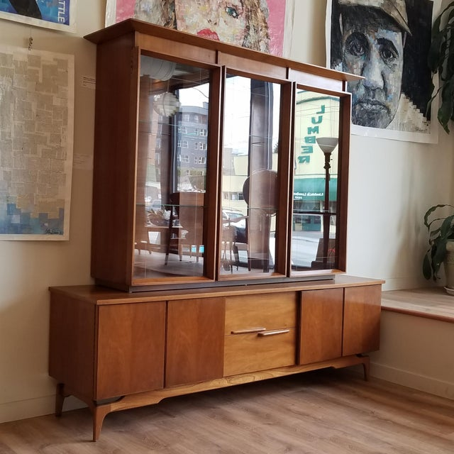 A beautiful Mid-Century Modern 2-piece display cabinet. There is a lot to talk about this cabinet, let's start off with...