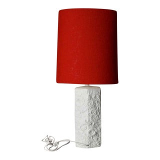 Mid Century Bisque Porcelain Sculpted Shell Table Lamp With Red Shade For Sale