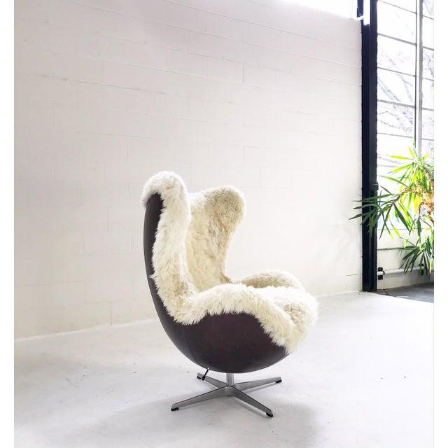 Fritz Hansen Arne Jacobsen for Fritz Hansen Egg Chair Restored in Brazilian Sheepskin and Leather For Sale - Image 4 of 10
