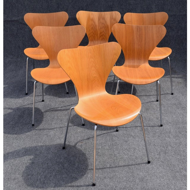 Here is a set of 6 Series 7 chairs designed by Arne Jacobsen in 1955 for Fritz Hansen. The pressure moulded oak veneer...