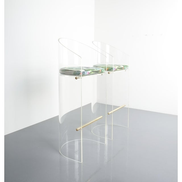 Charles Hollis Jones Pair of Lucite Brass Bar Stools Style Charles Hollis Jones, 1960 For Sale - Image 4 of 13