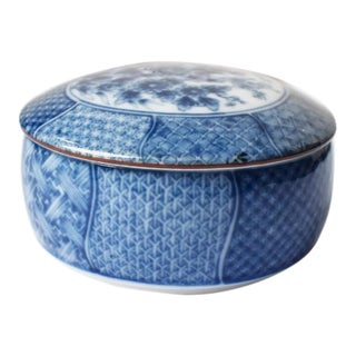 Chinese Ming Dynasty Circular Blue and White Porcelain Box With Cover For Sale