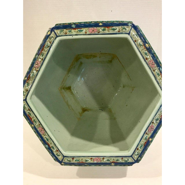Early 20th Century Pair of Chinese Export Famille Verte Hundred Antiques Hexagonal Jardinières For Sale - Image 5 of 13