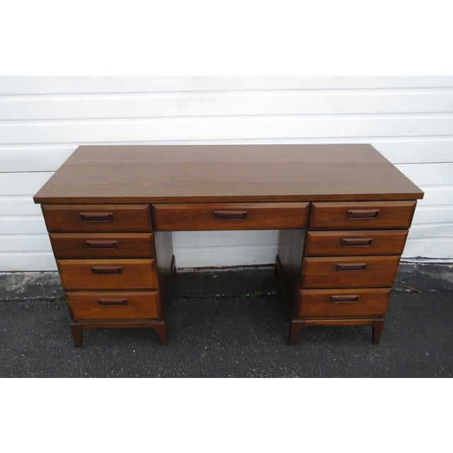 This great desk is made of wood, solid wood, walnut veneer, laminated, and is in good condition. This desk is an excellent...