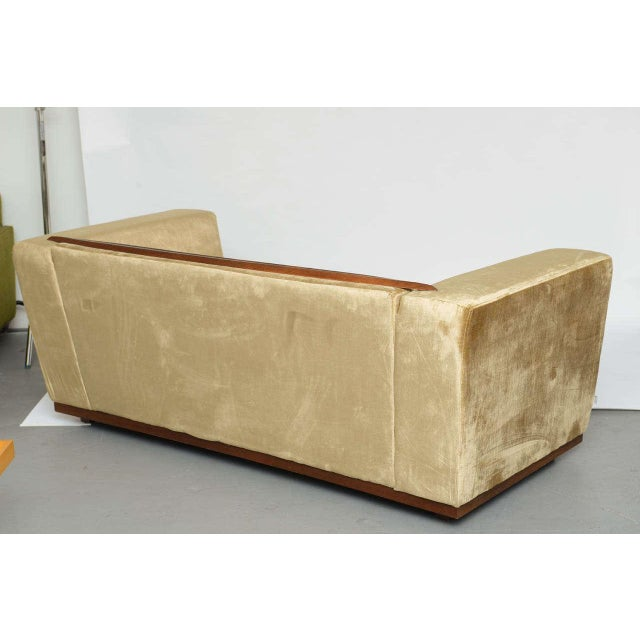 Saccaro Beautiful Saccaro Velvet Love Seat With Walnut Trim, 21st Century For Sale - Image 4 of 10