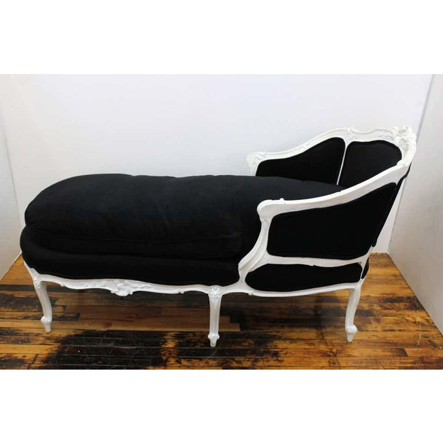 French Antique French Hollywood Regency Style Carved Beechwood Chaise Lounge For Sale - Image 3 of 11