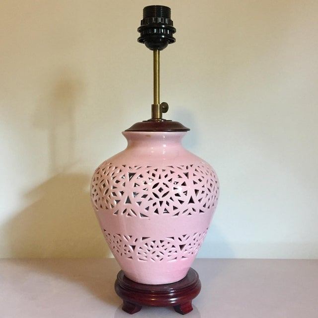 1980s Mid-Century Modern Pink Lace-Pierced Porcelain Accent Lamp For Sale In Richmond - Image 6 of 6