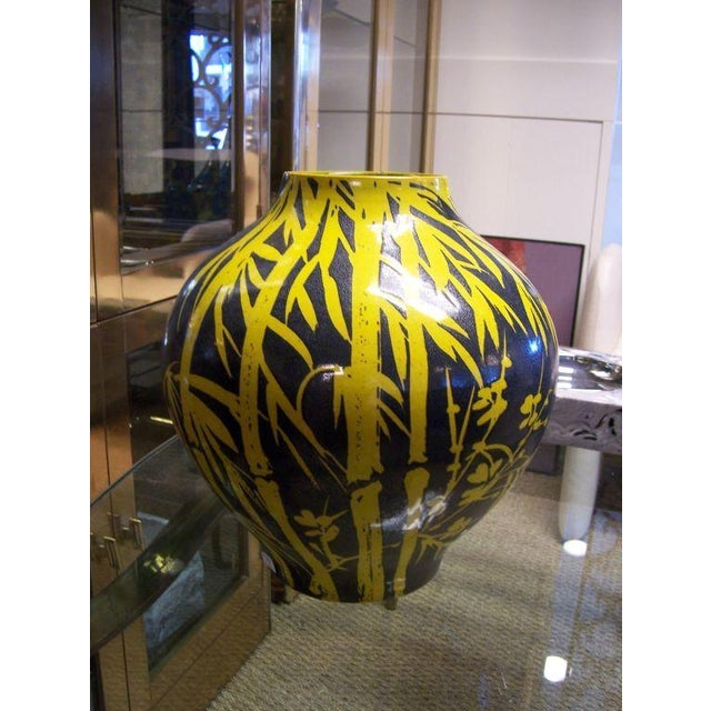 Beautiful vase in vibrant yellow and blue - numbered series on base v.212/e145 (stamped Italy).