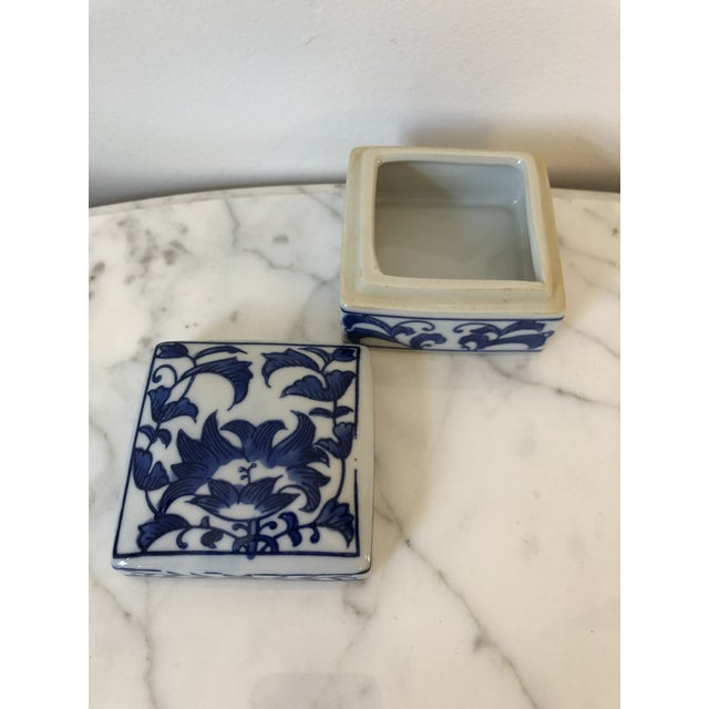 Late 20th Century Late 20th Century Blue & White Ceramic Chinoiserie Box For Sale - Image 5 of 9