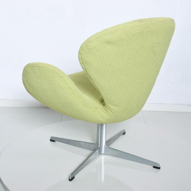 Mid Century Modern Original Iconic Swan Chairs Arne Jacobsen for Fritz Hansen For Sale In San Diego - Image 6 of 11
