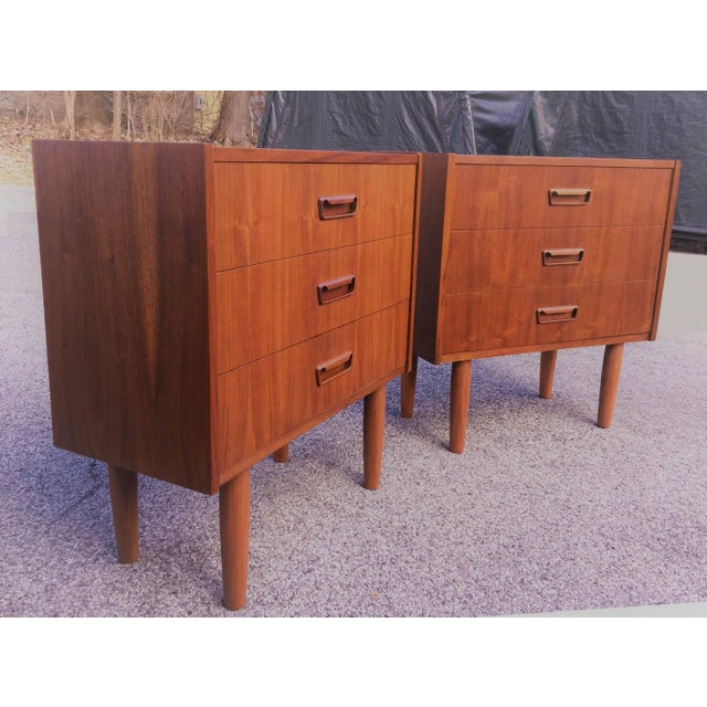 Contemporary Mid Century Modern Danish Mobler Teak Pair of 3 Drawer Nightstands End Table Set With Sculpted Handles For Sale - Image 3 of 5