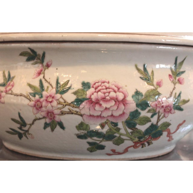 Chinese Qing Dynasty Famille Rose Export Tureen For Sale - Image 4 of 7