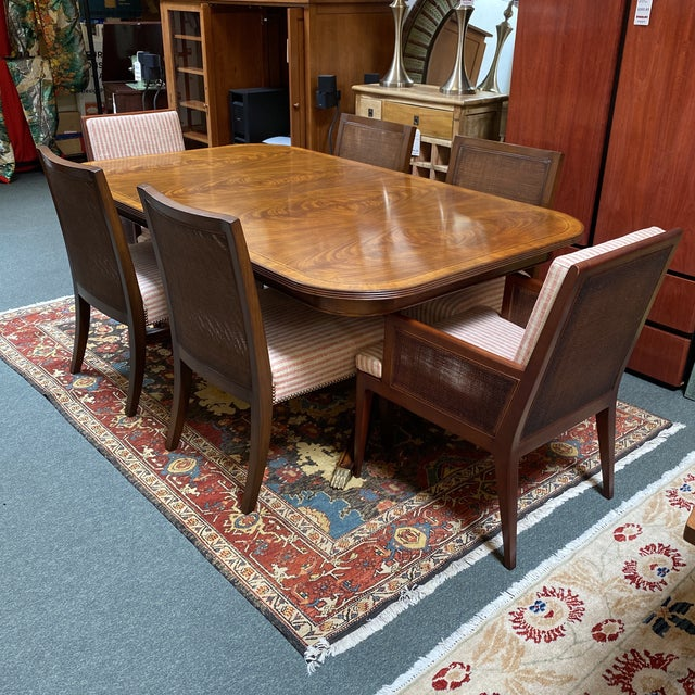 Design Plus Gallery presents a Jonathan Charles Regency Pedestal Extension Table & Baker Chair Dining Set. Classic regency...