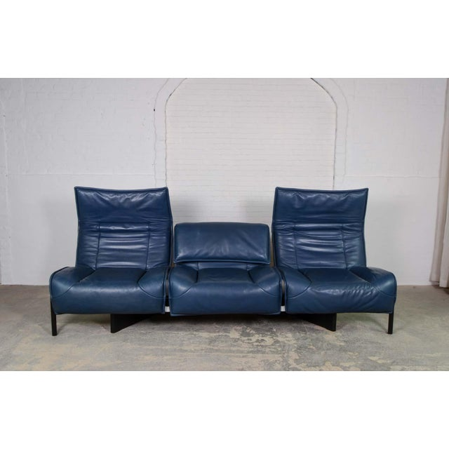 1970s Mid-Century Modern Design Deep Navy Blue Leather Three-seat 'Veranda' Sofa by Vico Magistretti for Cassina, 1970s For Sale - Image 5 of 13