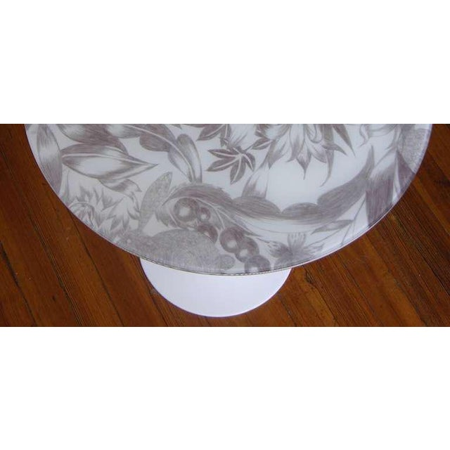 Eero Saarinen 1960 Italian White Round Tulip Table With Laminated Gray Hand Painted Fabric Top For Sale - Image 4 of 5